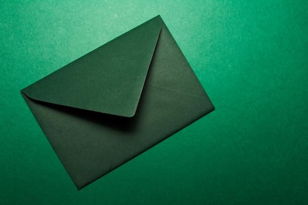 Close-up di busta di carta di colore verde isolato