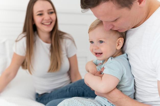 Chiudere i genitori con il bambino sorridente