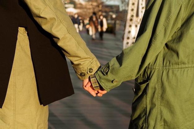Partner di primo piano che tengono le mani