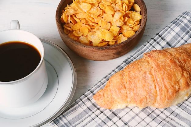 Primo piano di torta di frutto della passione, pane tostato, caffè, yogurt, cereali. Foto Premium