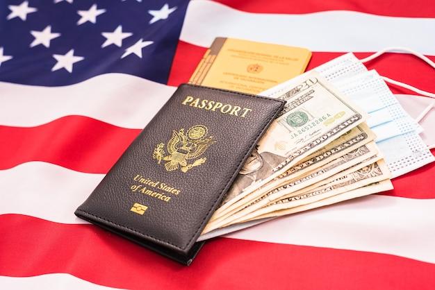 Primo piano sul passaporto con soldi e maschera per il viso