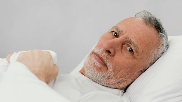 Primo piano paziente sdraiato a letto