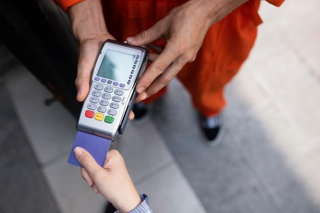 Primo piano sul pagamento al concetto di terminale pos