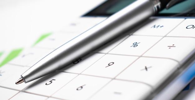 Close up penna e calcolatrice sui grafici