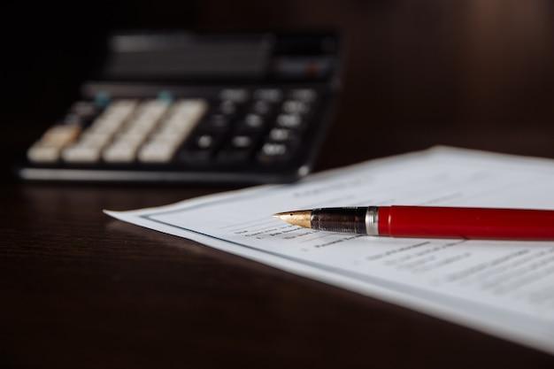 Primo piano della penna e del contratto importante.