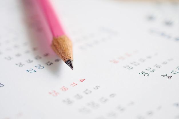 Chiudere la matita sulla pagina del calendario per contrassegnare il concetto di pianificazione della data
