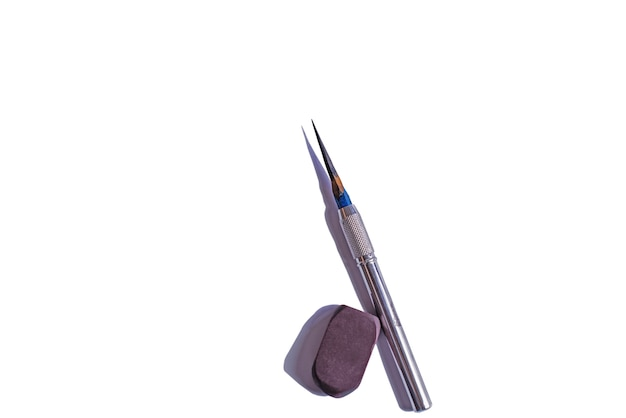 Close-up matita e gomma isolare su sfondo bianco
