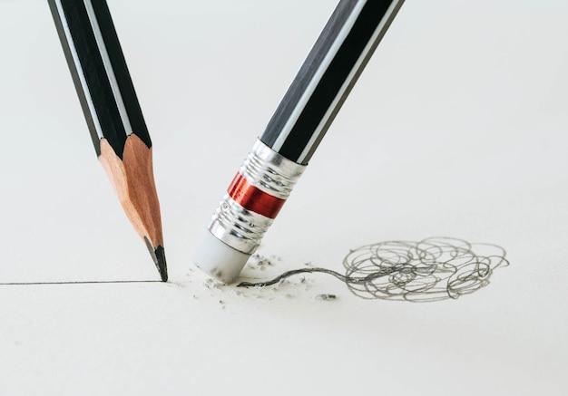 Primo piano di una gomma da matita rimuovendo una linea storta
