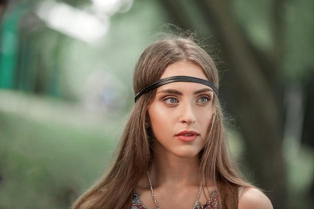 Close up.pensive giovani donne hippie nel verde del fogliame