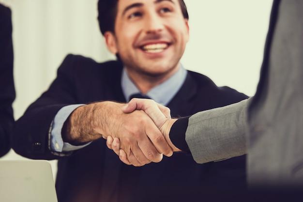 Le mani ravvicinate delle persone stringono il successo della partnership commerciale, il concetto di agitare la mano