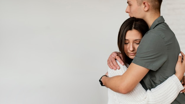 Chiudere le persone che abbracciano con lo spazio della copia