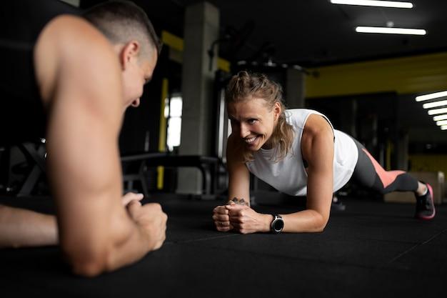 Chiudere le persone che si allenano insieme