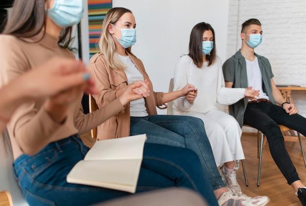 Chiudere le persone che indossano maschere per il viso