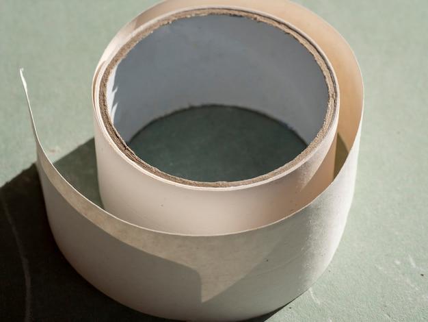 Primo piano del nastro di carta perforato per sigillare le cuciture nel muro a secco. messa a fuoco selettiva