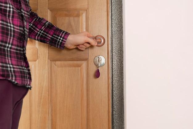 Una persona da vicino torna a casa e apre la porta con le chiavi