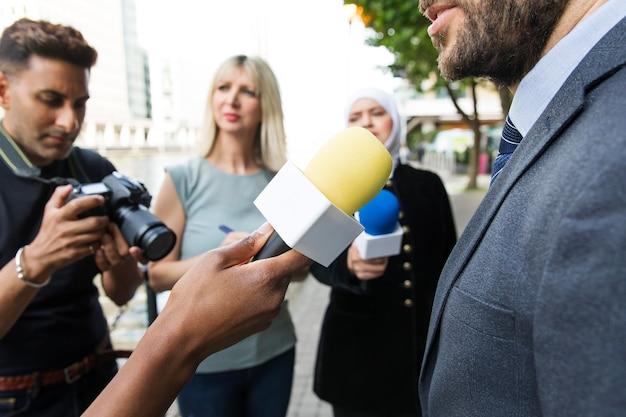Primo piano su una persona che offre un'intervista
