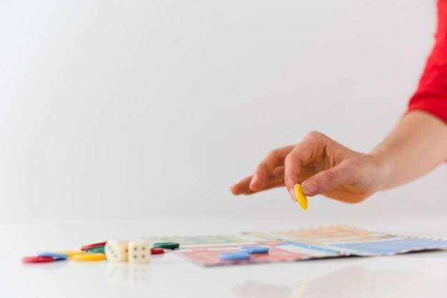 Persona di primo piano che gioca gioco da tavolo