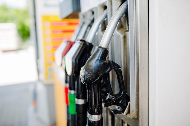 Primo piano degli ugelli della pompa di benzina alla stazione di servizio