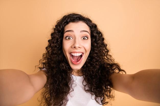 Close up foto di incredibile signora che fa selfie trentadue denti sorridente esprimendo migliori sentimenti emozioni indossare abiti casual bianchi isolati beige pastello colore di sfondo