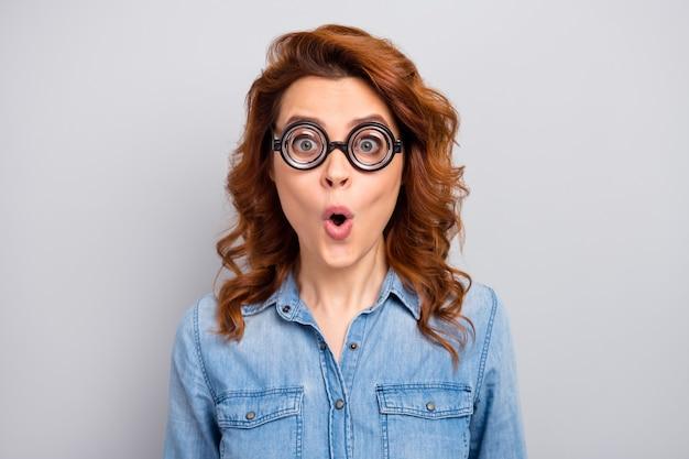Close up foto di stupito divertente donna guarda impressionato sulle vendite di sconto novità urlare gridare indossare vestiti di stile isolate su grigio muro di colore