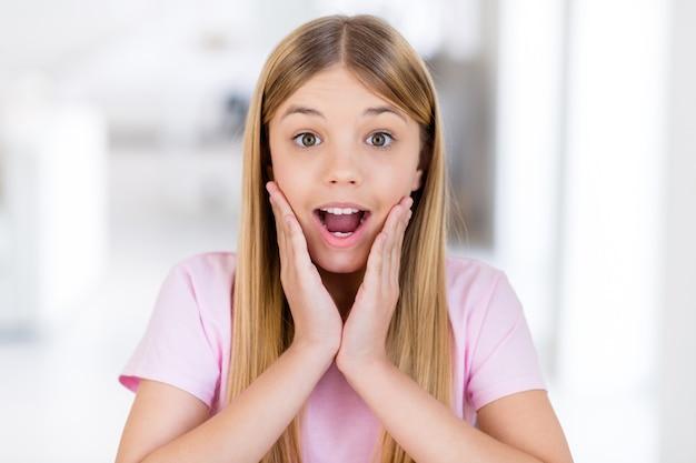 Foto ravvicinata di una ragazza stupita che studia a distanza con una videochiamata che incontra il tutor dell'insegnante impressionato con buoni voti notizie dell'esame urlano toccano le mani faccia in casa al chiuso