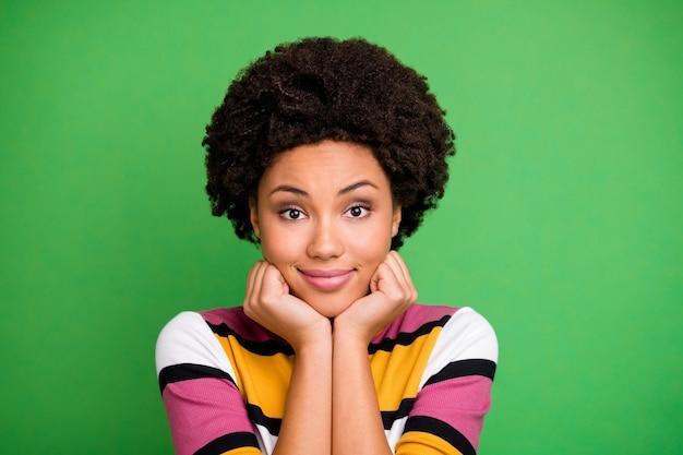 Close up foto di affascinante carina dolce ragazza afro americana si sentono grati per i suoi fine settimana autunnali autunnali indossare un bell'aspetto