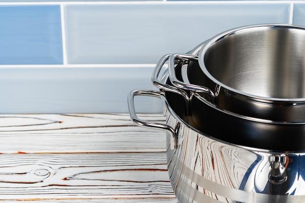 Close up foto di pentole impostato sul bancone della cucina in legno