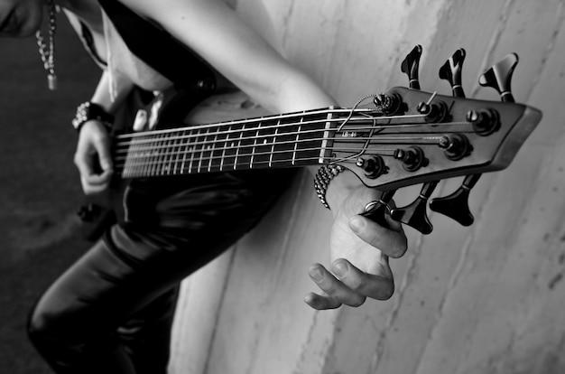 Foto del primo piano del chitarrista elettrico. foto in bianco e nero