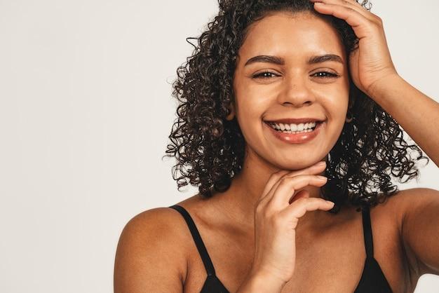 Chiuda sulla bellezza naturale del fronte della foto, donna nera attraente.