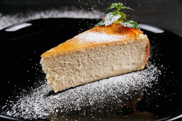 Primo piano foto di torta di formaggio fresca e gustosa