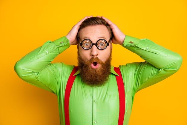 Close up foto funky stupito geek nerd uomo occhiali funky sembrano incredibili inaspettati liceo novità toccare mani testa indossare bell'aspetto vestito isolato colore vivido