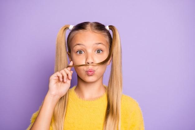 Close up foto di divertenti funky hipster kid comic fare baffi finti con il suo taglio di capelli hanno labbra imbronciate paffuto indossare maglione giallo isolato su viola parete di colore