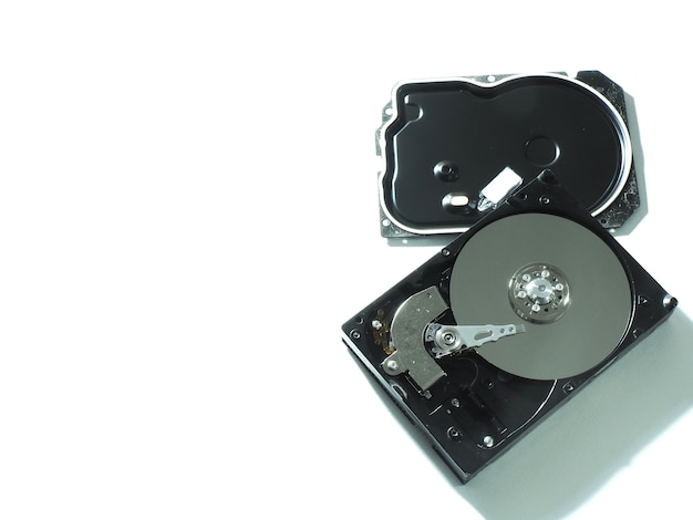 Foto ravvicinata di un disco rigido utilizzato in un computer più vecchio.