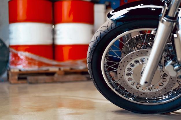 Chiuda sulla foto della parte del motociclo pulita e lucida ad alta potenza
