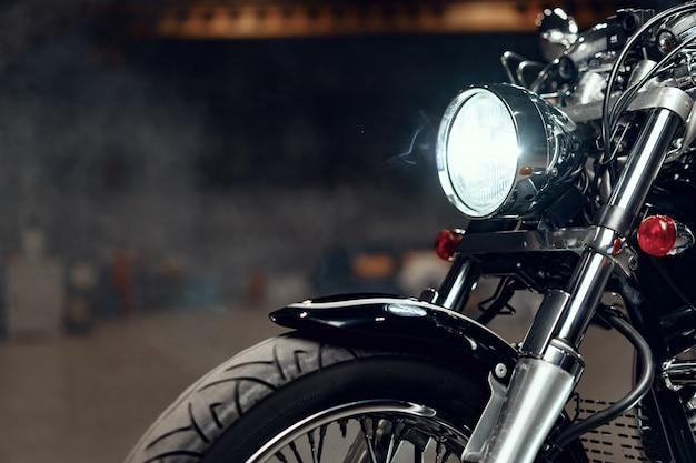 Chiuda sulla foto della parte del motociclo di alto potere