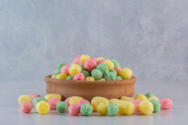 Vicino foto di caramelle fatte in casa su grigio