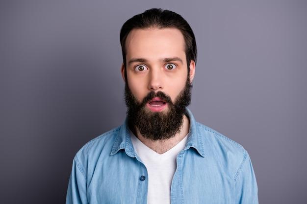 Primo piano foto di ragazzo barbuto curato e colpito guarda bene sentire incredibile novità promozionale gridare indossare abbigliamento elegante isolato sopra la parete di colore grigio