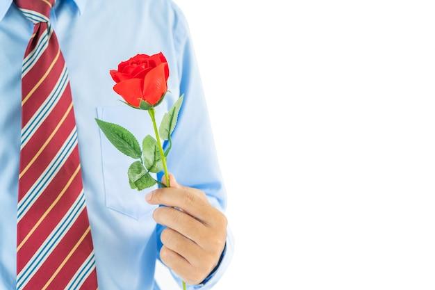Close up foto di uomo con rose rosse in mano su sfondo bianco