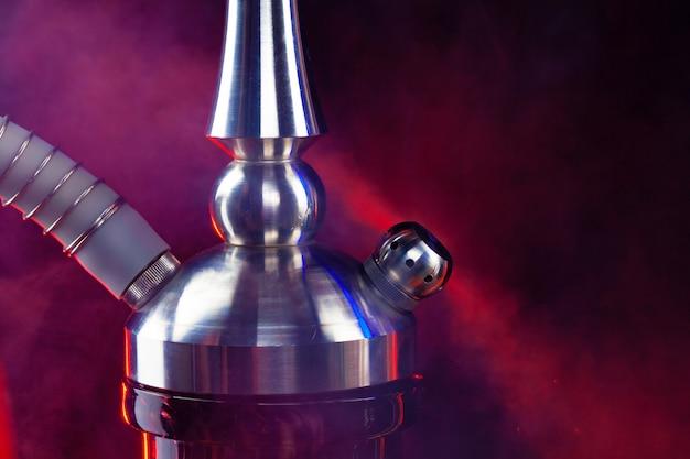 Close up foto del moderno narghilè su sfondo nero