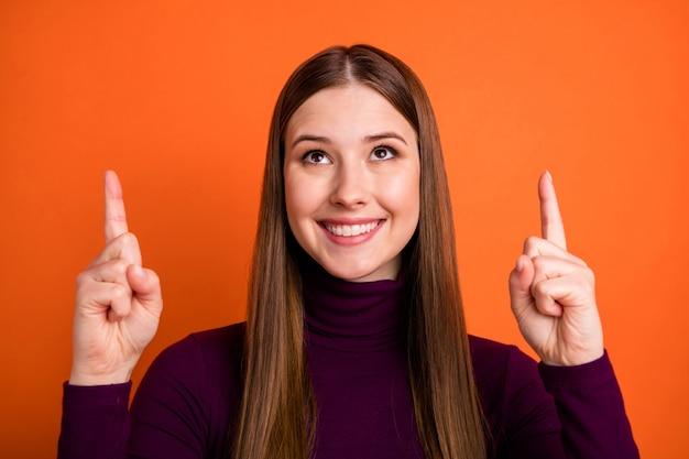 Close up foto di positivo allegro lady ragazza puntare il dito indice copyspace presente inverno vendita annunci promozione indossare ponticello viola isolate su brillante lucentezza colore di sfondo