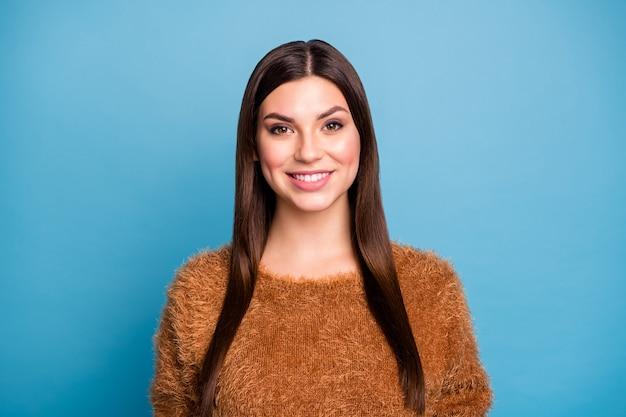 Close up foto di bella ragazza giovane guardare godere di primavera tempo libero indossare morbido maglione caldo isolato su parete di colore blu