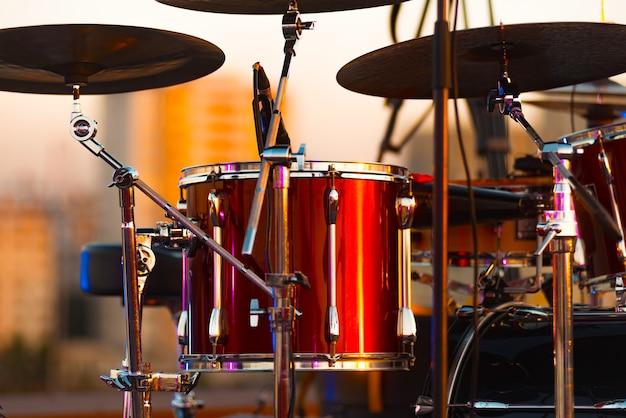 Una foto ravvicinata di tamburi rossi sul palco