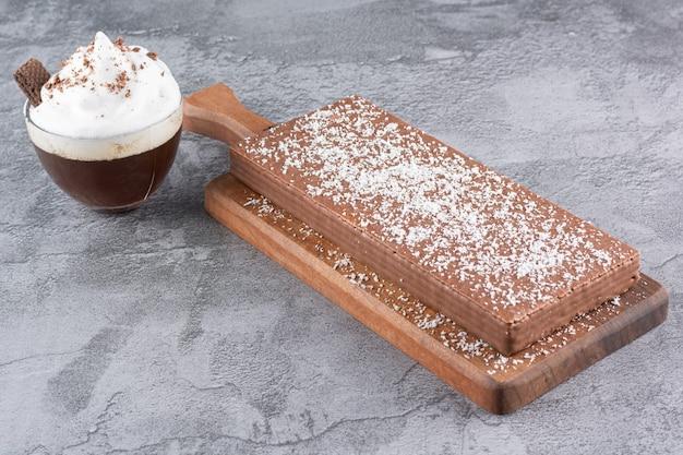 Primo piano foto di caffè speciale con crema e wafer al cioccolato.