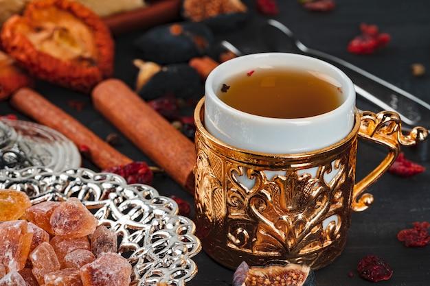 Chiuda sulla foto dei dessert nazionali turchi con la tazza di caffè