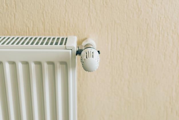 Primo piano foto del radiatore bianco nel soggiorno. pronto per la stagione invernale