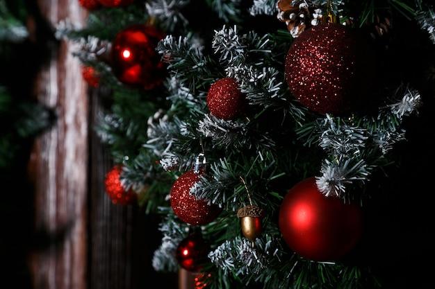 Foto del primo piano con le decorazioni dell'albero di natale.