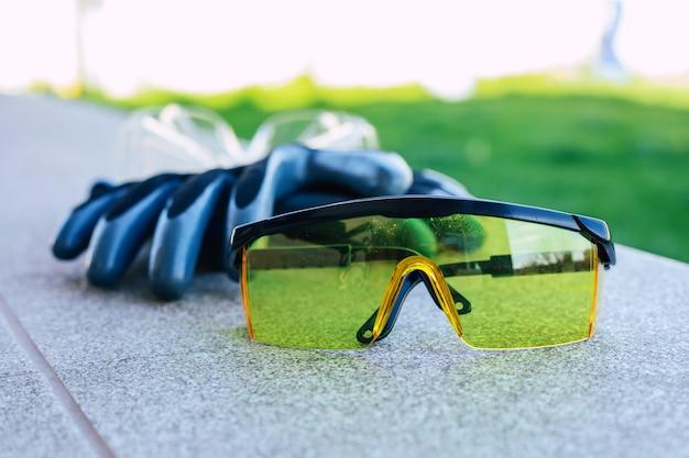 Primo piano foto di guanti e occhiali di sicurezza per i lavoratori