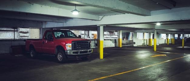 Primo piano sul ritiro dell'auto nel parcheggio