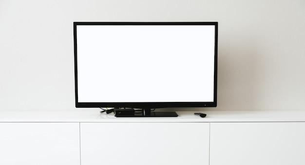 Immagine ravvicinata di smart tv con schermo bianco