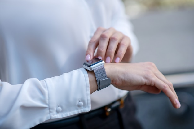 Chiudere l immagine di una donna che tocca uno smartwatch